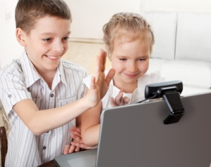Ñhildren communicate with online